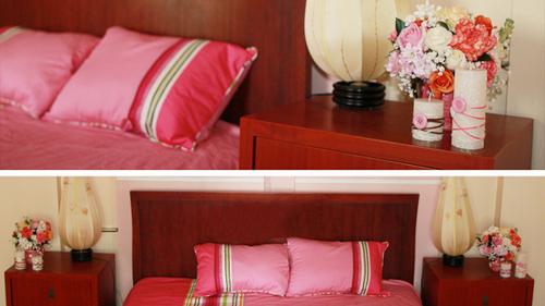Bên trong phòng, toàn bộ ga gối và hoa cũng có màu hồng dịu dàng.