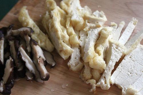 Thái đậu phụ và nấm hương thành miếng vừa ăn.