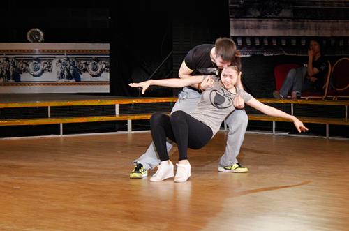 Cũng vì chấn thương chưa lành nên trong lúc khớp điệu nhảy Tango, nữ diễn viên khó nhọc di chuyển.