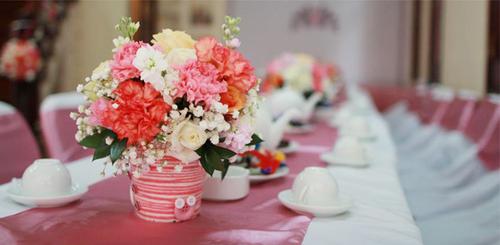 Hoa chủ đạo của buổi tiệc là hoa phăng hồng.