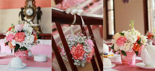 Ngoài ra, bình hoa còn được gắn những chiếc cúc xinh xắn và lớp áo hồng cùng màu.