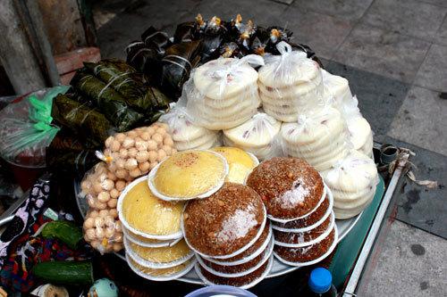 Ngoài bánh đúc nộm, các quán còn có nhiều món bánh dân dã với giá từ 10.000 đồng tới 15.000 đồng một đĩa.
