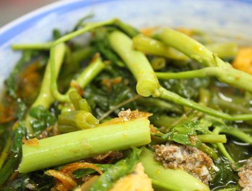 Cua, chả cá, rau nhút, rau muống...là những nguyên liệu bình dân tạo nên món ăn ngon của đất Cảng.