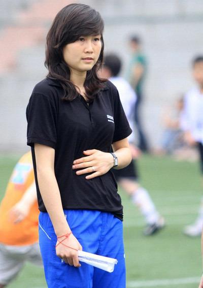 Hoa khôi bóng đá nữ mới lập gia đình và đang mang bầu hai tháng.