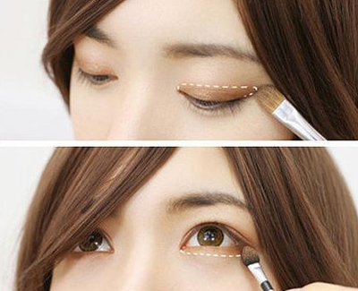 Dùng màu nâu nhũ phủ lên vùng da được đánh dấu của mí mắt trên và dưới