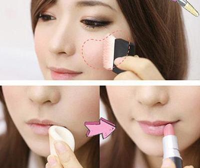 Đánh má hồng và son môi cùng màu. Trước khi tô son, bạn có thể đánh một chút kem lót bên dưới để màu son trông tươi tắn hơn.