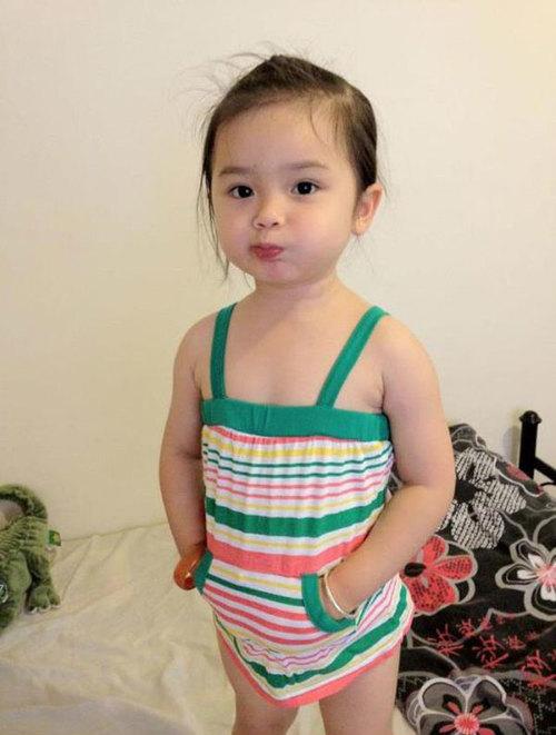 Bé tên là Alyssa Goodman, sinh ngày 1/11/2008. Bé là con lại Việt - Úc nên có thể nói và hiểu cả tiếng Việt lẫn tiếng Anh. Bé rất hiếu động, thích hát và nhảy múa.