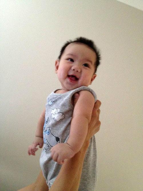 Cháu tên là Flynn Vinh Nguyễn, cháu được tròn 4 tháng tuổi. Ở nhà cháu rất thích được ba mẹ chơi đùa, nhất là trò chơi bế cháu và tung lên cao. Mỗi lần làm như thế là cháu cười nắc nẻ. Tấm hình dự thi chụp lại khoảnh khắc cháu cười vui khi được bà bế và tung lên cao.