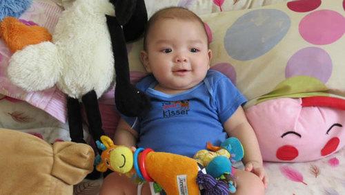 Bé Grainger William Khang, sinh ngày 28/10/2011. Bé rất thích chơi cùng chị hai, bé thích nhất là được tắm và nghịch nước. Bé rất hay cười.