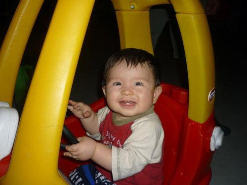 Bé Martin Ray Kevin, sinh ngày 27/6/2011. Bé Kevin nay được chín tháng. Mẹ mua đồ chơi về bé thích nhất là cái hộp, bé có thể chơi với cái hộp cả buổi mà không cần mẹ.