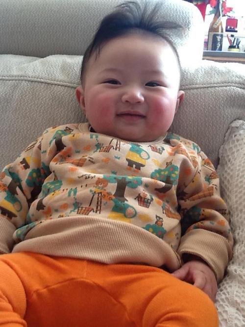 Bé Monma Kouki, 9 tháng tuổi. Bé rất hay cười, thích đồng vật (đặc biệt là chó con), ở nhà mọi người thường gọi bé là Mon.