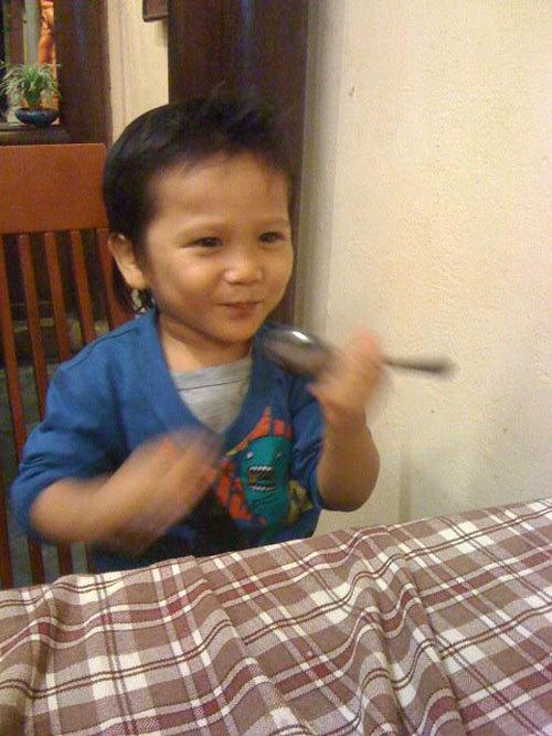Bé Motojama Motomu, 2 tuổi. Bé rất năng động và tinh nghịch nhưng đã biết phụ giúp ba mẹ và luôn làm hài cho mọi người vui.