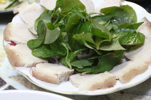 Thịt luộc chín thái mỏng xếp lên đĩa.