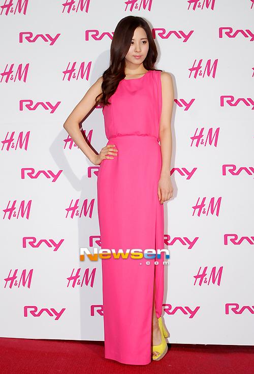 Bộ trang phục với màu sắc nổi bật giúp Seo Hyun thêm xinh tươi.