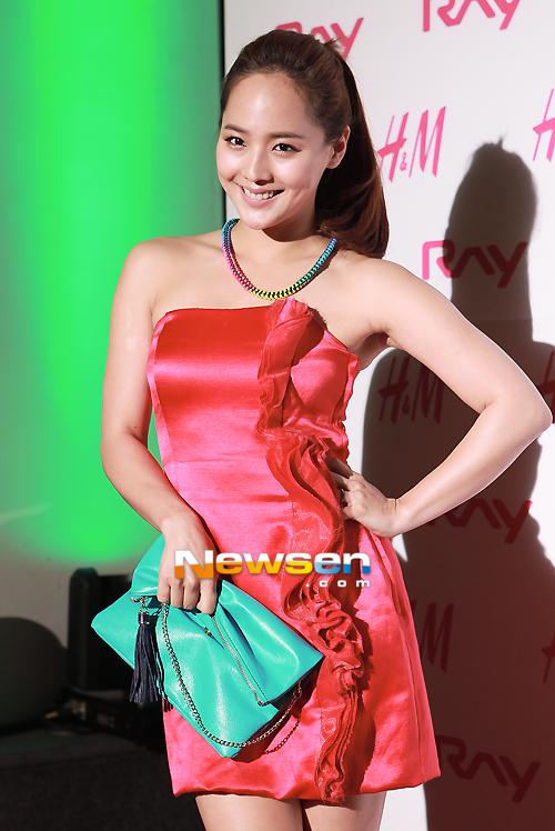 Nữ ca sĩ xứ Hàn nở nụ cười rạng ngời trước ống kính. Cuộc hôn nhân hạnh phúc khiến cô ca sĩ