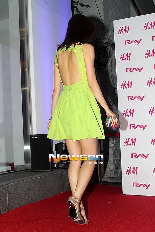 Chiếc váy được thiết kế với phần lưng trần khá điệu đà.