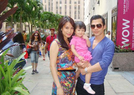 Bé Bảo Tiên cùng mẹ Trương Ngọc Ánh và bố Bảo Sơn trong lần về thăm Mỹ thăm bà nội.