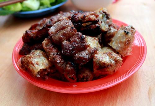 Thịt xiên nướng và nem rán thơm phức giá 8.000 đồng một chiếc.