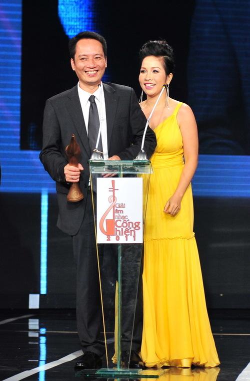 Vợ chồng nhạc sĩ Anh Quân và ca sĩ Mỹ Linh đón nhận niềm vui kép khi Anh Quân thắng giải 'Nhạc sĩ cống hiến của năm', còn Mỹ Linh được xướng tên ở hạng mục 'Album cống hiến của năm'.