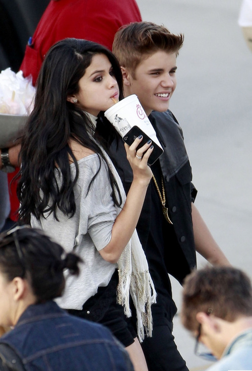 """Trong MV """"Boyfriend"""", Justin Bieber diễn với một cô người mẫu rất giống Selena Gomez."""