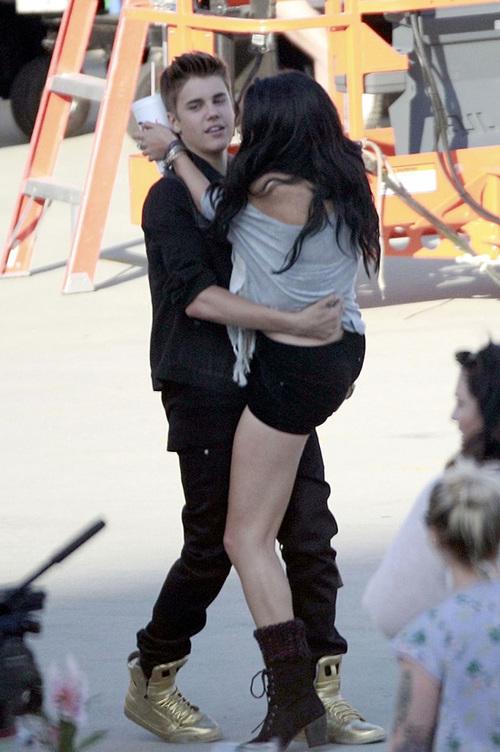 Selena còn phấn khích đến mức nhảy lên lòng bạn trai.
