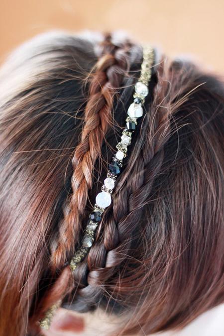 Vắt ngang hai lọn tóc qua đầu để tạo thành chiếc băng đô. Sau đó, có thể dùng thêm phụ kiện để mái tóc trông bắt mắt hơn.