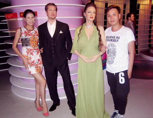 Đồng hành cùng người đẹp trong chuyến du lịch đến xứ chùa vàng là nhà thiết kế Văn Thành Công (ngoài cùng bên phải). Hai người chụp ảnh cùng tượng sáp của ông bà Smith - Brad Pit và Angelina Jolie.
