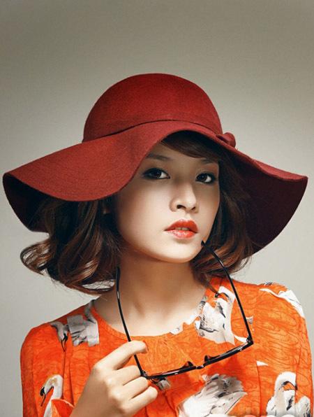 """Còn Chi Pu lại giống như một quý cô sang trọng với gam màu cam rất """"hot"""" mùa hè này."""