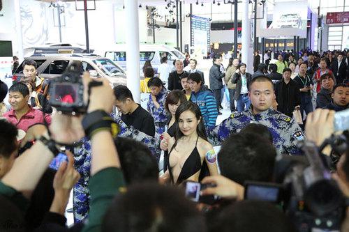Tiếp nối chuỗi sự kiện, Lộ Lộ ra phố... giao lưu khán giả. Cô nàng thay bộ váy đen không thể hở hơn.