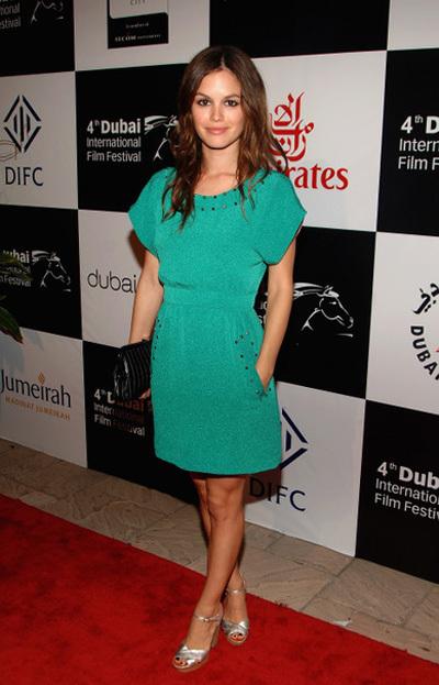 Người đẹp Rachel Bilson lại mix váy xanh với sandal cao gót màu bạc và xắc tay đen.