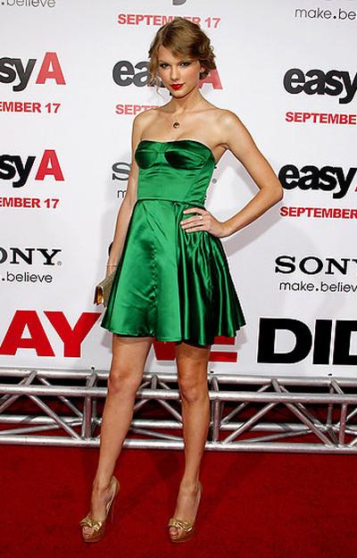 'Công chúa nhạc đồng quê' Taylor Swift mix váy corset với xắc tay và giày cao gót màu vàng.