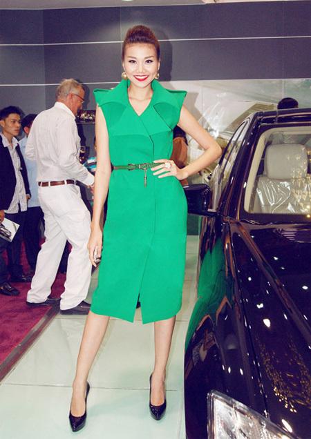 Thanh Hằng đã rất khéo léo khi mix bộ váy với chiếc thắt lưng màu xanh lá đậm hơn cùng đôi giày cao gót màu đen.