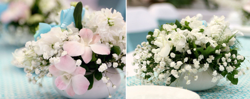 Để tô điểm thêm cho bàn tiệc, người thiết kế hoa đã chọn hoa lan trắng, hồng nhạt kết hợp cùng baby và được điểm tô bằng một chiếc nơ xanh.
