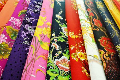 Vải áo dài được bày bán tại hầu hết các chợ lớn ở Hà Nội và Sài Gòn.