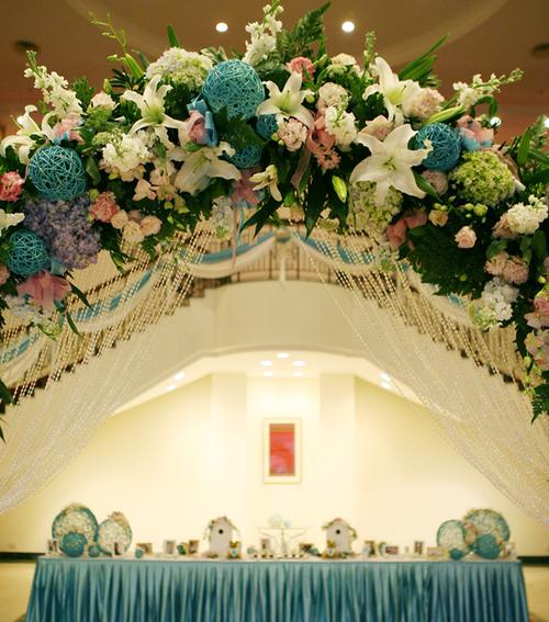 Cổng hoa là sự kết hợp của nhiều loại hoa khác nhau và những quả bóng xanh chính là điểm nhấn nổi bật.