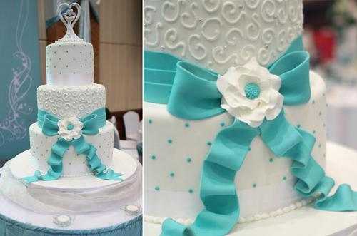 Bánh cưới và bàn ghế trong tiệc đều dấu ấn của màu xanh hiện đại này.