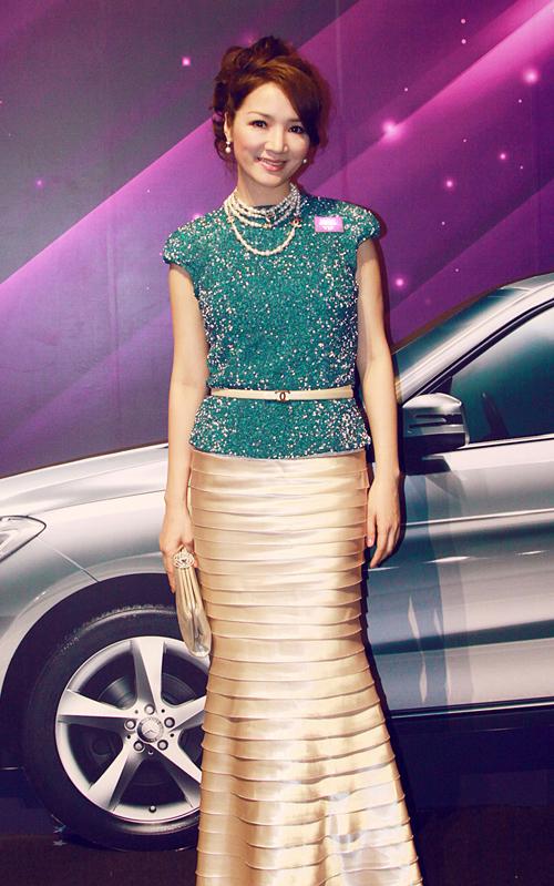 Hoa hậu đền Hùng Giáng My lại mix áo xanh lấp lánh với chân váy dài màu nude