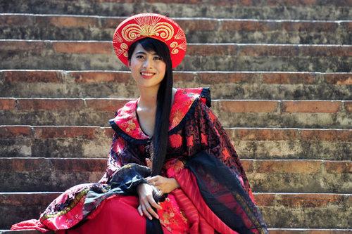 Cô gái quê Gia Viễn (Ninh Bình) đã nuôi mái tóc dài 1,6 m trong hơn 10 năm.