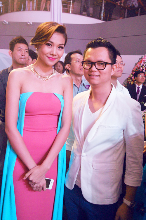 Cô còn tranh thủ trò chuyện với đạo diễn Long Kan, một người bạn thân trong giới khi cùng tới dự tiệc.