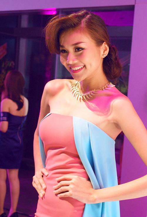 Thanh Hằng gây được sự chú ý khi diện chiếc váy gam màu pastel được thiết kế độc đáo.