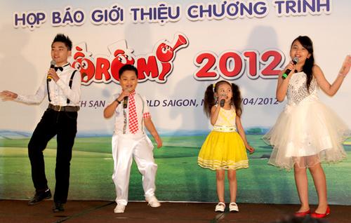 Từ trái qua: giải nhất Đồ Rê Mí 2007 Long Nhật, bé Trí Dũng, bé Bảo An và