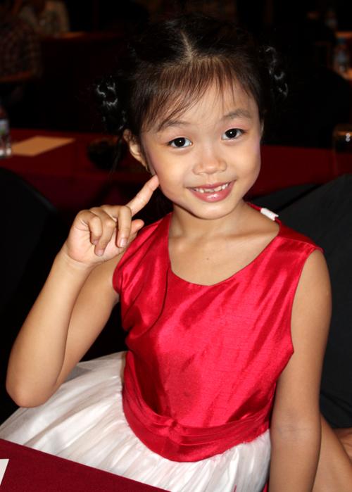 Thanh Trúc năm nay 8 tuổi. Cô bé đoạt giải quán quân Đồ Rê Mí 2010 và vừa trải qua vòng chung kết cuộc thi Vietnam's Got Talent.