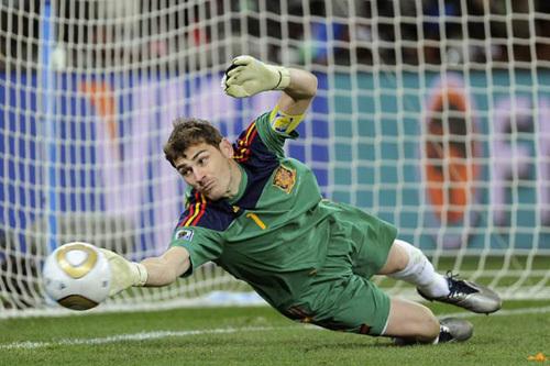 Casillas nhiều lần cứu thua xuất thần cho đội nhà. Ảnh: PA.