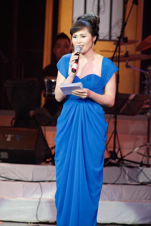 Trong đêm liveshow chung của tam ca Sao Mai gồm Quang Hào, Lê Anh Dũng và Ngọc Ký, nhiều khán giả không khỏi bất ngờ khi vợ của Lê Anh Dũng xuất hiện trên sân khấu với vị trí dẫn chương trình. Hòa Trinh chia sẻ, cô muốn góp một phần nhỏ vào show diễn quan trọng của ông xã.