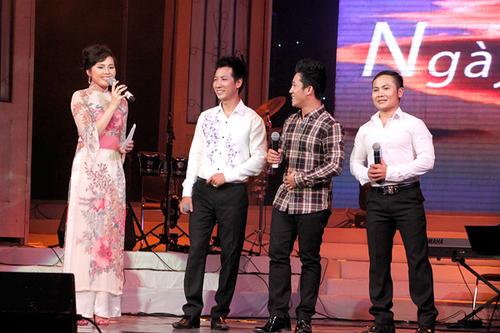 Từng là MC của kênh truyền hình mua sắm nên Hòa Trinh không gặp nhiều khó khăn trong suốt đêm nhạc. Tuy nhiên, cô vẫn không giấu được chút lo lắng và hồi hộp khi phỏng vấn cả ba nhân vật chính của chương trình.