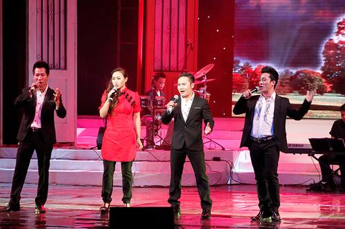 """Bên cạnh đó, ba ca sĩ còn có những màn trình diễn với những giọng ca sĩ nổi tiếng như ca sĩ Khánh Linh với ca khúc """"Đồng xanh""""."""