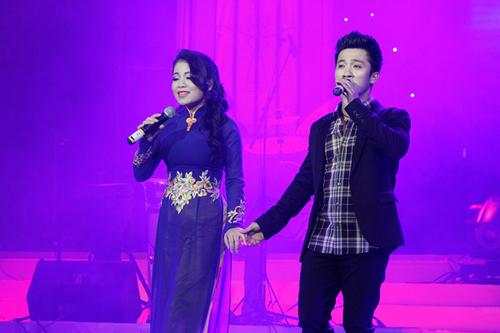 """Còn Quang Hào lại cùng Anh Thơ hát """"Nước non ngàn dặm""""."""