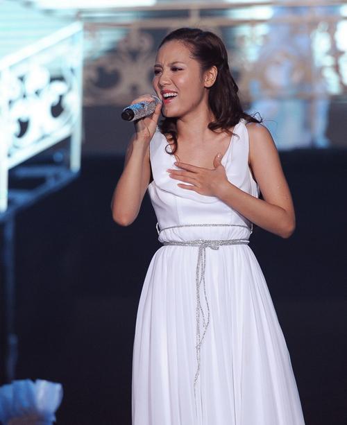 """Phương Linh lộng lẫy trong bộ đầm trắng thướt tha khi solo """"Bông hoa trắng"""" của nhạc sĩ Lưu Thiên Hương."""