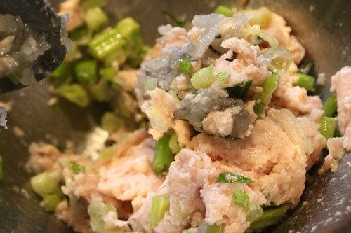 Trộn tôm băm nhuyễn với phi lê cá và gia vị.