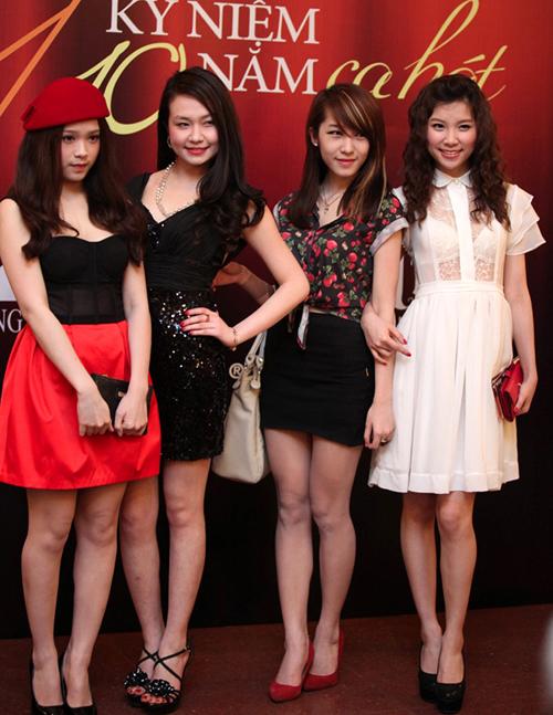 """Thu Hương (thứ 2 từ trái sang) cùng 3 cô bạn Huyền Baby, Emily và Hạnh Sino tới xem liveshow """"Ngày về"""" của Tuấn Hưng vào cuối tháng 3 tại Hà Nội."""
